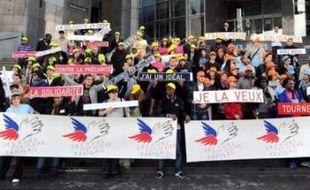 """Une """"flashmob"""" (rassemblement-éclair) a rassemblé, dimanche à Paris à l'appel du Secours populaire français, une centaine de jeunes européens pour lutter contre la précarité et développer la solidarité entre jeunes."""