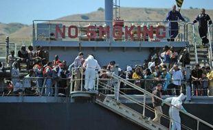 Des migrants secourus par la Marine italienne le 20 janvier 2014 en Méditerranée au large de l'Italie