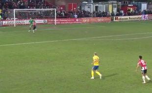 Le gardien de Lincoln (Angleterre) Paul Farman a pris un but casquette le 13 février 2016.