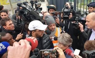 Un salarié du technicentre de Châtillon (Hauts-de-Seine) en discussion avec une représentante de la SNCF, mardi 29 octobre 2019.