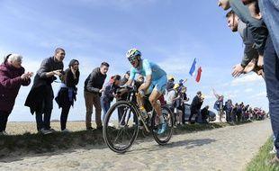 Un coureur d'Astana sur les pavés de Paris-Roubaix