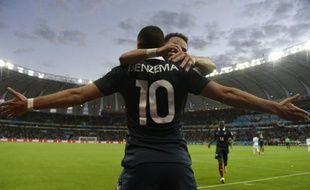 Karim Benzema dans les bras de son coéquipier en équipe de France Mathieu Valbuena après son but face au Honduras lors du Mondial-2014, le 15 juin 2014 à Porto Alegre, au Brésil