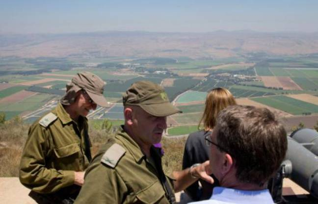 Le secrétaire d'Etat américain Ashton Carter (d) discute avec le commandant de la 91e division des forces de sécurité israëliennes Moni Katz (c) et le général Yair Golan (g), chef d'état major adjoint, près de Kiryat Shmona le 20 juillet 2015