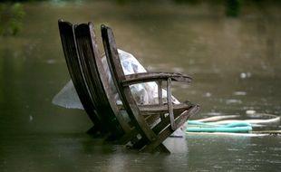 Une chaise dans un jardin inondé à Fismes, dans l'est de la France, le 15 juillet 2021, près des rives inondées de la rivière Ardre à la suite de fortes pluies.