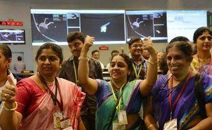 L'équipe de l'agence spatiale indienne heureuse d'avoir réussi à placer une sonde en orbite de Mars, à Bangalore, le 24 septembre 2014