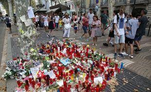 Des fleurs et des bougies sur les Ramblas le 24 août 2017 après le doubles attentat en Catalogne qui a fait 16 morts et plus de 120 blessés.