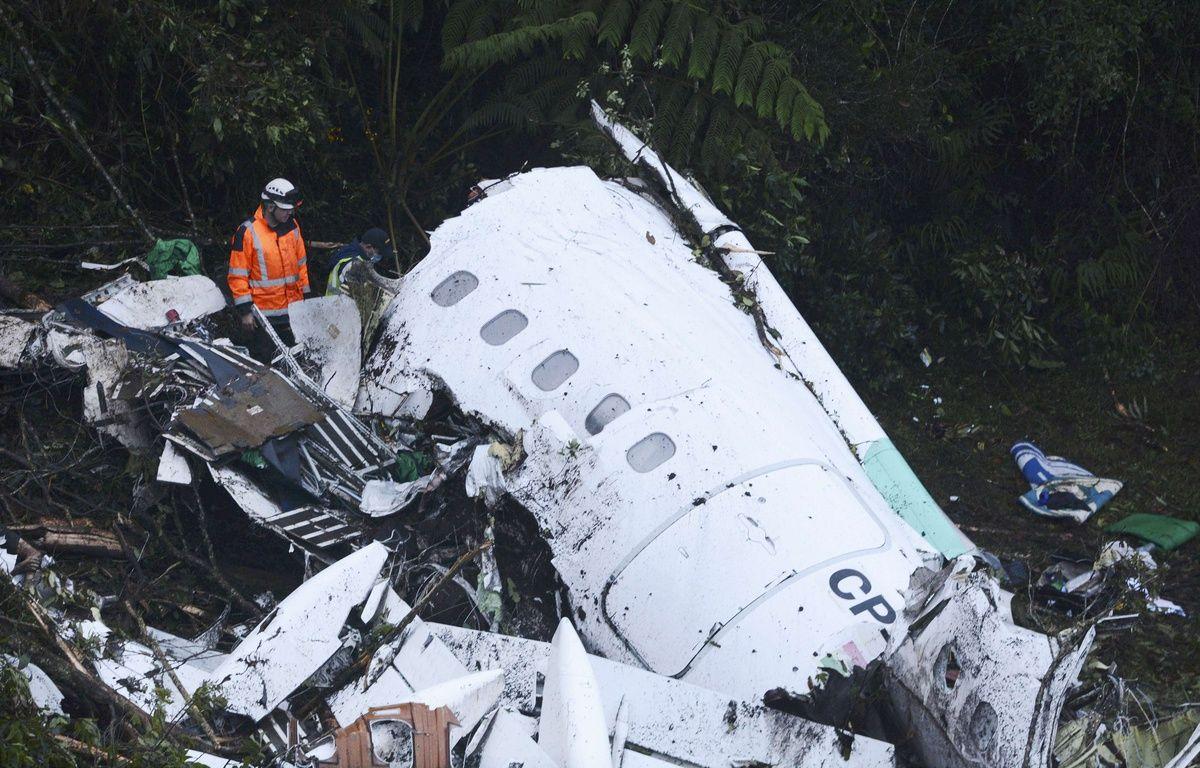 Les secours s'activent à Medellin, Colombie, pour retrouver des survivants au crash le 29 novembre 2016.AP Photo/Luis Benavides – Luis Benavides/AP/SIPA