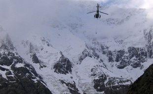 Sur cette photo non datée du Club d'alpinisme du Pakistan, un hélicoptère de l'armée pakistanaise se dirige vers le Nanga Parbat dans le massif de l'Himalaya.