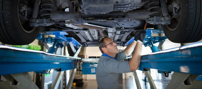 Un mécanicien s'affaire dans un centre de contrôle technique de Mennecy, dans l'Essonne.