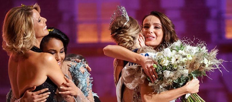 Le 20 décembre 2020, Sylvie Tellier (à gauche) prend dans ses bras Clémence Botino, Miss France 2020, pendant qu'Amandine Petit (de dos), Miss France 2021, tombe dans ceux de Miss Nord-Pas-de-Calais.