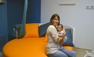 Toulouse, le 15 septembre 2014 - Charlotte Chambert et sa petite Lou, deux mois, premier bébé à avoir vu le jour dans la la maison d'accouchement physiologique inaugurée à Toulouse, à la clinique Saint-Jean Languedoc