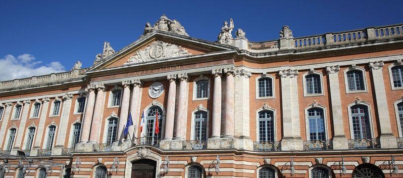 L'Hôtel de ville de Toulouse, sur la place du Capitole (Illustration).
