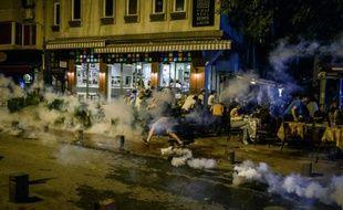 La police disperse des manifestants qui protestaient après une attaque menée la veille par des islamistes contre des fans de Radiohead réunis pour écouter le dernier disque du groupe de rock, le 18 juin 2016 à Istanbul