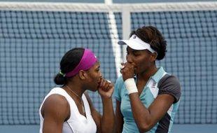 Venus et Serena Williams discutent tactique durant leur double contre Katarina Srebotnik et Ai Sugiyama à l'Open de tennis d'Australie.