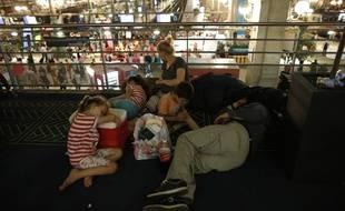 Des passages attendent, le 19 juillet 2016, à la gare du Nord paralysée.