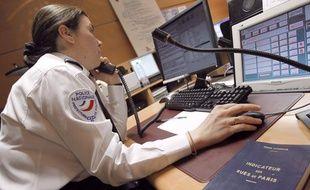 Un officier de police au téléphone.