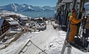 La société des remontées mécaniques de l'Alpe-d'Huez, poursuivie après le décès d'un moniteur de ski stagiaire sur une piste de la station en décembre 2006, a été relaxée mardi par le tribunal correctionnel de Grenoble.