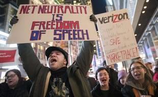 Des manifestants dans la rue à New York pour défendre la neutralité du Net, le 7 décembre 2017.