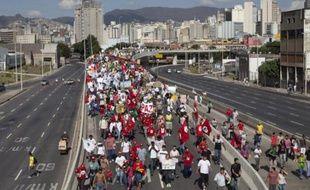 Un homme de 21 ans tombé d'un viaduc lors d'une manifestation mercredi au Brésil est décédé jeudi à l'aube, portant à cinq le nombre de morts -tous par accident- depuis le début de la fronde sociale, il y a plus de 15 jours.