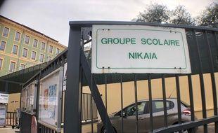 Devant l'école Nikaïa, à l'entrée du Vieux-Nice.