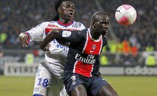 Le Lyonnais Bafétimbi Gomis (en blanc) face au Parisien Mamadou Sakho, lors d'un match de L1, le 25 févreier 2012 à Lyon.