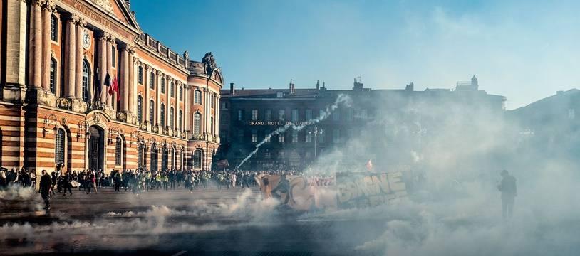 """Place du Capitole, lors de l'acte 15 des """"gilets jaunes"""" à Toulouse."""