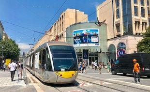 Le tram de Nice, au niveau de la rue Victor-Hugo ce jeudi midi.