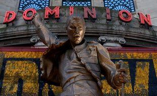 Une statue à l'effigie du Dominion Theatre de Londres où a été joué le spectacle musical «We Will Rock You».