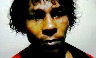 """Un des trois fuyards traqués par la gendarmerie dans la forêt guyanaise, soupçonné d'appartenir à la bande de """"Manoelzinho"""" impliquée dans le meurtre de deux militaires français fin juin, a été arrêté et incarcéré, a-t-on appris mercredi de source judiciaire confirmant une information du quotidien France Guyane."""