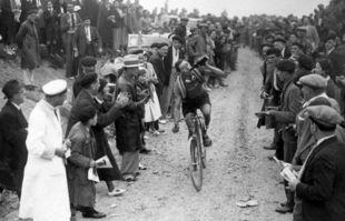 Georges Speicher boit un coup dans le col de l'Aubisque lors de la 18ème étape du Tour de France entre Tarbes et Pau, en juillet 1933.