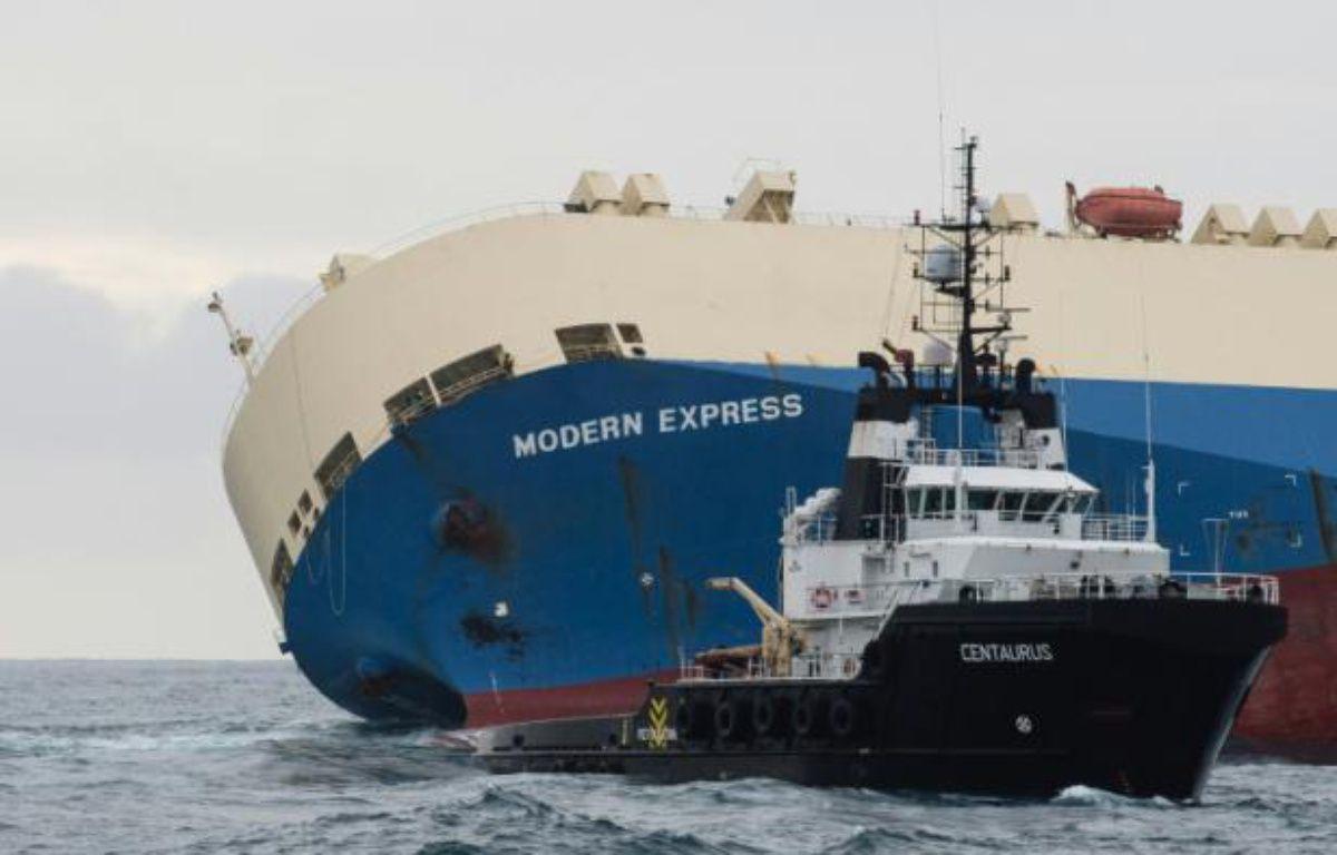 Photo publiée le 1er février 2016 par la Marine nationale du cargo Modern Express qui dérive au large du littoral français – Loïc Bernardin AFP
