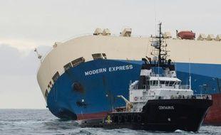 Photo publiée le 1er février 2016 par la Marine nationale du cargo Modern Express qui dérive au large du littoral français