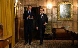 Le président français François Hollande (G) s'entretient avec le Premier ministre britannique David Cameron près d'Ellesborough, au nord ouest de Londres, le 22 septembre 2015