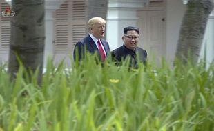 Le président américain Donald Trump et le leader nord-coréen Kim Jong-un marchant côte à côte lors de leur rencontrer historique à Singapour le 12 juillet 2018.