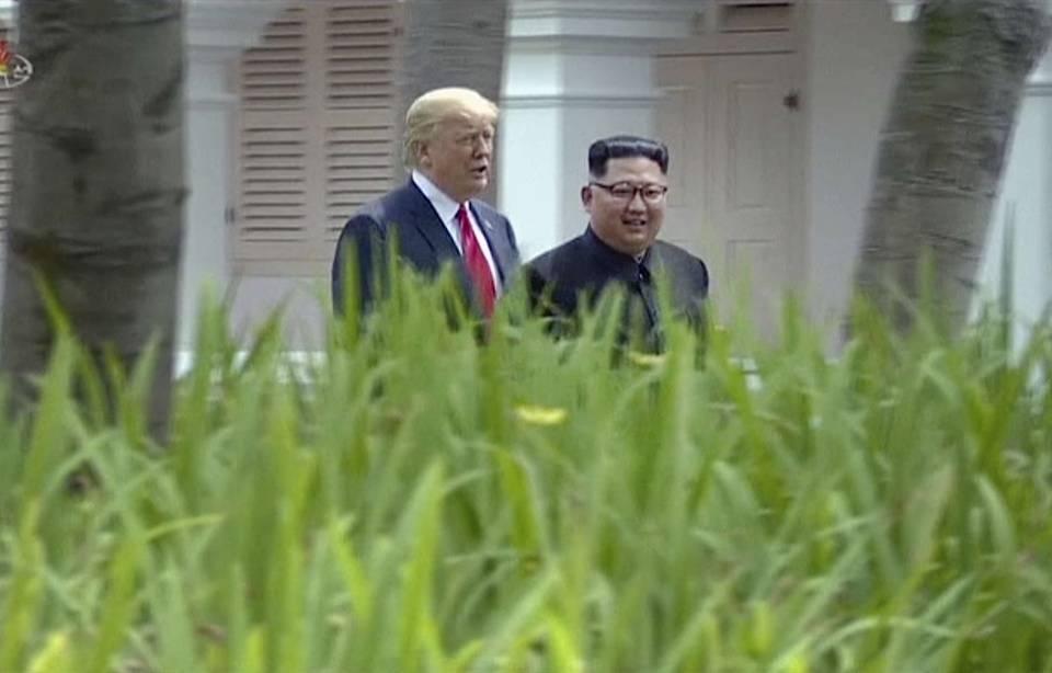 Donald Trump l'assure Kim Jong-Un et lui sont «tombés amoureux» 960x614_president-americain-donald-trump-leader-nord-coreen-kim-jong-marchant-cote-cote-lors-rencontrer-historique-singapour-12-juillet-2018
