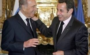 """Le président israélien Shimon Peres a entamé lundi une visite d'Etat en France en se félicitant du resserrement des liens franco-israéliens, malgré des divergences sur la poursuite de la colonisation dont son homologue Nicolas Sarkozy a demandé """"l'arrêt""""."""