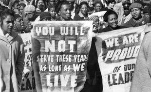 A Pretoria, en Afrique du Sud, le 16 juin 1964, une manifestation de soutien aux membres de l'ANC, dont Nelson Mandela, condamnés à la prison à vie lors des procès de Rivonia.