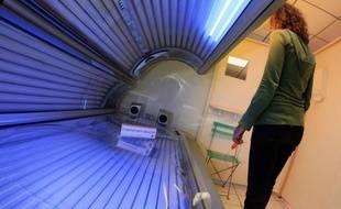 Bronzage en cabine, beauté, épilation, implants...: une mission d'information du Sénat, mise en place après le scandale des prothèses mammaires PIP, tape du poing sur la table avec des recommandations allant jusqu'à l'interdiction des lampes à UV.