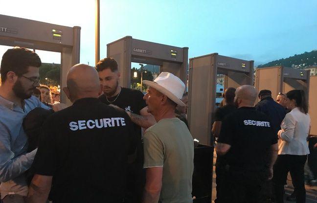 Des portiques de sécurité ont été installés aux accès du feu d'artifice de Nice.