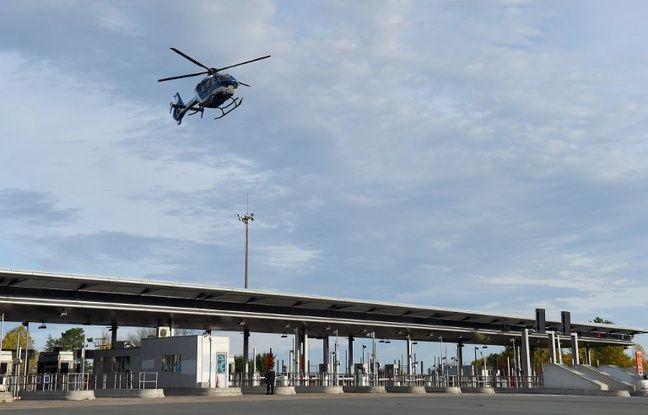 Le ministre de l'Intérieur est arrivé par hélicoptère sur le péage de Virsac (Gironde)