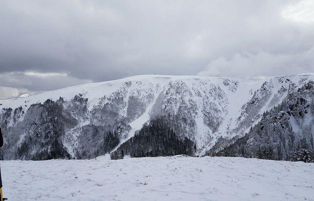 Le sommet du Hohneck en période hivernale, sur les crêtes dans le massif des Vosges.