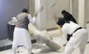 Des militants de Daesh détruisent des statues à Mossoul, en Irak, dans une vidéo mise en ligne le 26 février 2015.