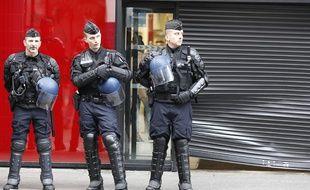Les forces de l'ordre devant le Carrefour de Saint-Denis dont la vitrine a été abîmée par les casseurs, le 10 novembre 2014.