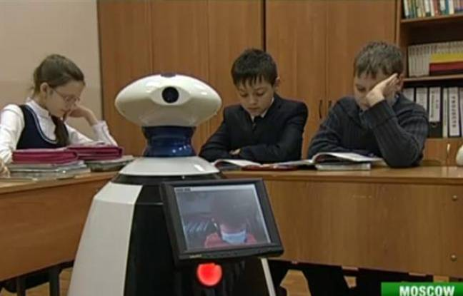 Capture d'écran d'une vidéo sur laquelle un robot remplace un élève leucémique, à Moscou, en janvier 2011