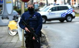 Un officier de police en patrouille, le 25 mars 2016 à Bruxelles