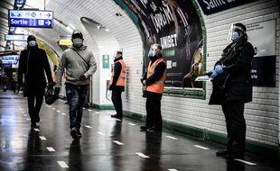 Sur les quais du métro de Paris, au temps du Covid-19. (illustration)