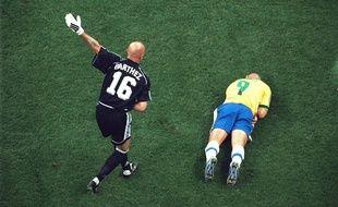 380787f3724 Ronaldo, à terre après le célèbre choc frontal avec Barthez, mettra un long  moment