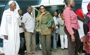 Loubna Ahmed al-Hussein (au c.) ne sera pas fouettée pour sa « tenue indécente ».