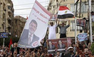 Les soutiens et les opposants du président Mohamed Morsi ont manifesté vendredi 23 novembre 2012.