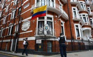 Deux policiers en faction le 18 août 2014 devant l'ambassade d'Equateur à Londres
